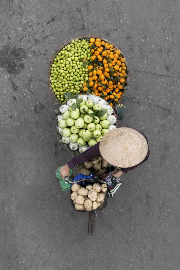 Цветы, фрукты, овощи сгруппированы таким образом, чтобы продавец мог увезти максимальное количество