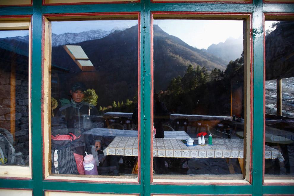 10. Владельцы магазинчика затаскивают товар. Район Кхумбу в Непале. (Фото Navesh Chitrakar | Re