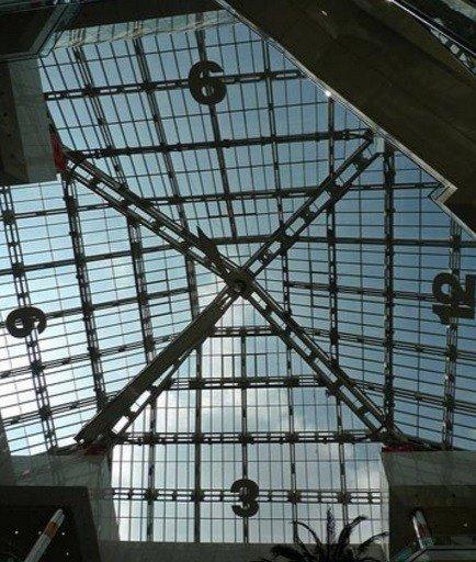 Это может выглядеть как обычная прозрачная крыша торгового центра, однако на самом деле это часы