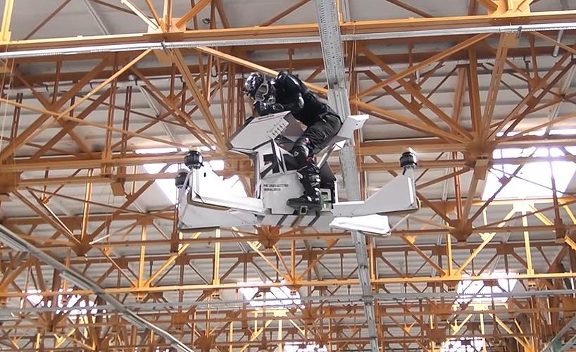 Аппарат создан по типу дрона и поднимается в воздух за счет четырех винтов. Способен летать как на у