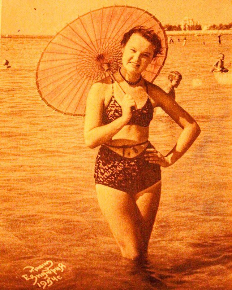 19-летняя Людмила Гурченко, Евпатория, 1954.