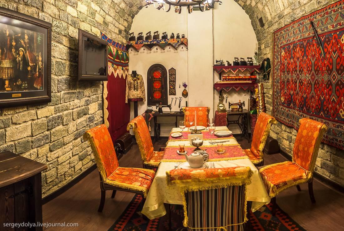 Поговорим о кухне. Плов считается королем азербайджанской кухни. Рис готовится отдельно, и подают с
