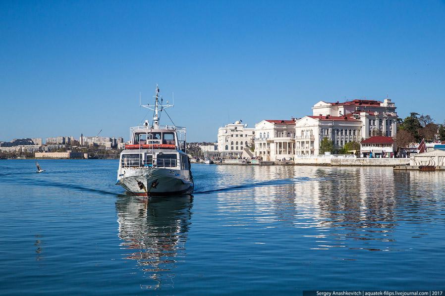 24. И рыбаки. В отличии от Ялты, в Севастополе их пока не гоняют.
