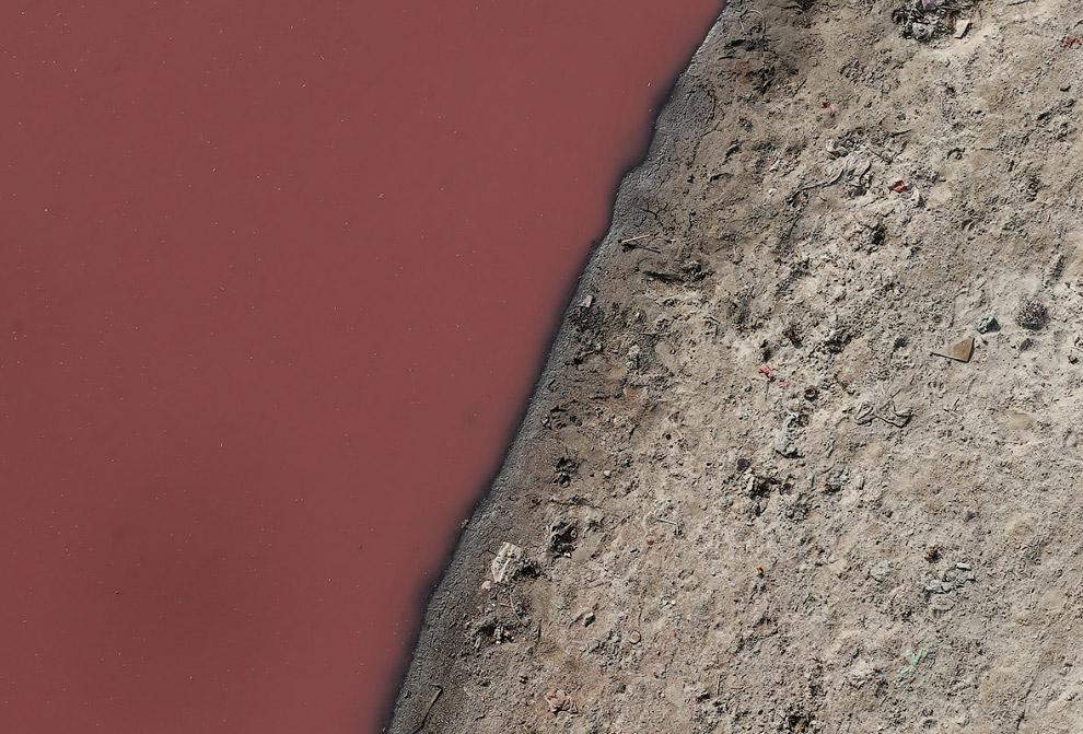 12. Река Ганг в городе Канпур. Да, совсем она уже не похожа на чистую реку с первых фотографий.