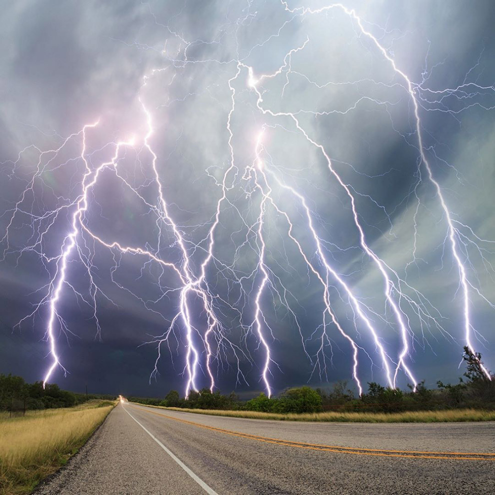 Вообще, буря или шторм — это собирательное понятие, обозначающее очень сильный ветер (а также с