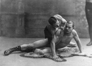 Два борца борются по методу Лебедева. 1912