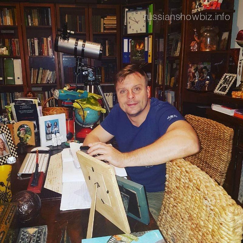 Стало известно, скем артист Александр Носик изменяет собственной супруге