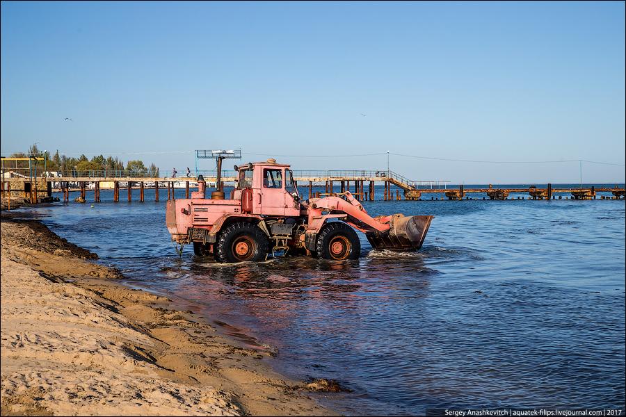 Как убирают пляж в Евпатории