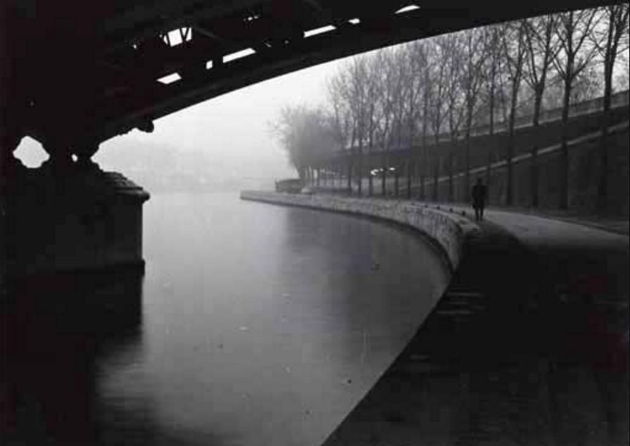 1960-е. Человек, идущий вдоль Сены