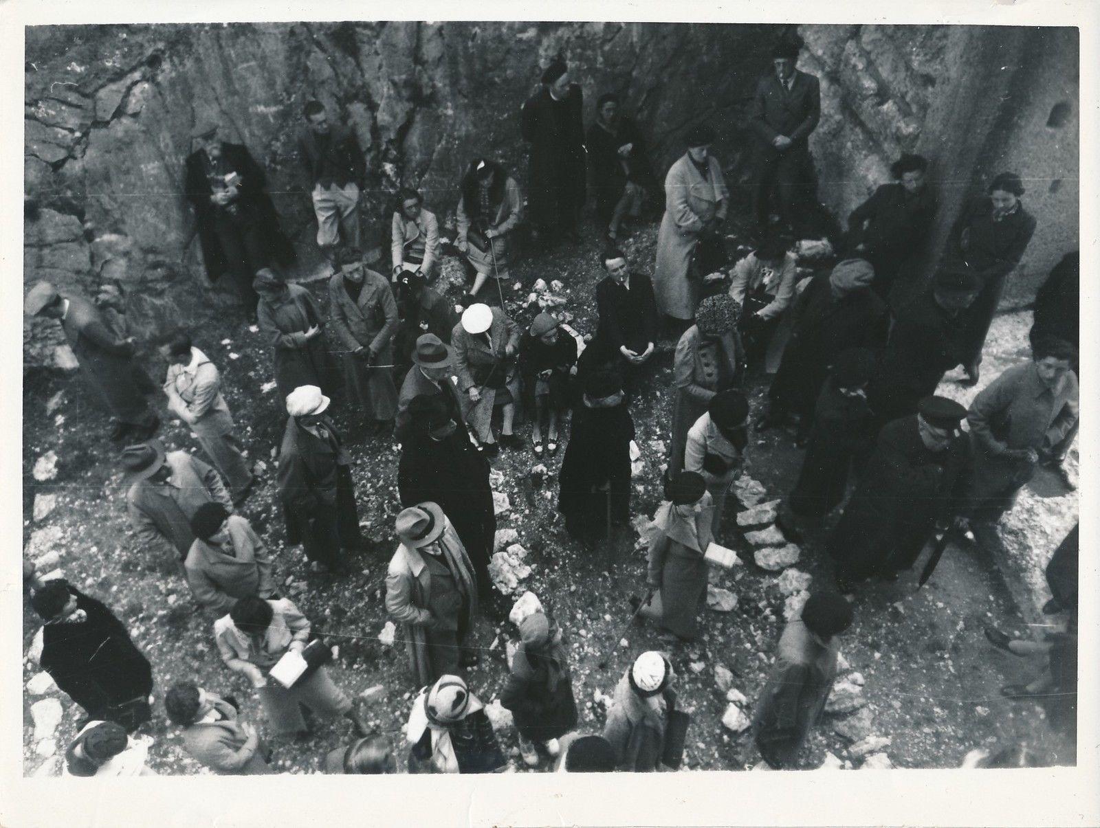 1950. Микены. Туристы среди руин