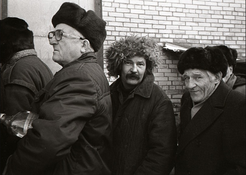 Поэт Гена Григорьев в очереди за портвейном. Лисий нос, 1989