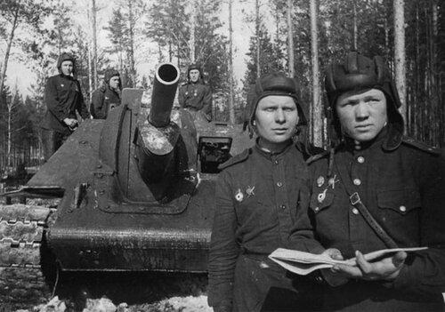 Экипаж САУ СУ-122 гвардии лейтенанта, коммуниста Коряжнова С.А..