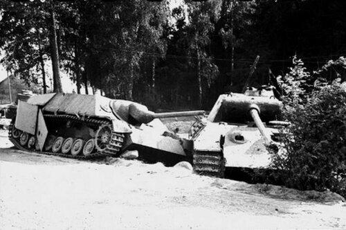 """Подбитые танк Pz.Kpfw.V Ausf.A """"Пантера"""" и истребитель танков Pz.Jag. IV."""