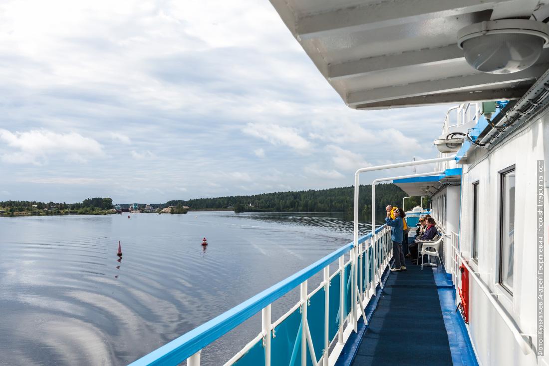 теплоход Русь Великая идет на Соловки по Беломорско-Балтийскому каналу