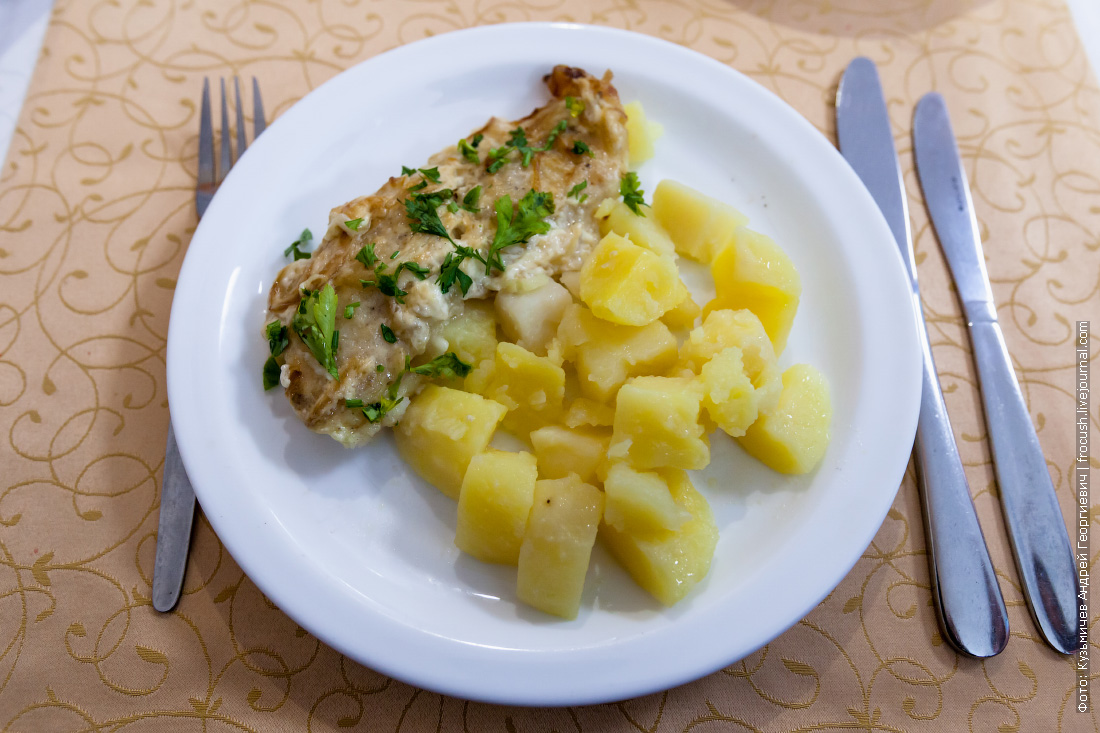 Запеченная с луком и майонезом рыба, картофель отварной с зеленью и маслом