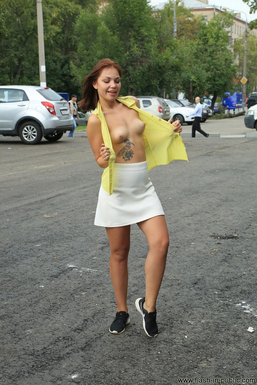 Ариша хулиганит на улице