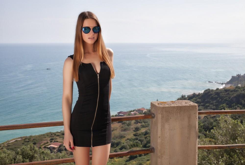 Amanda позирует на фоне моря