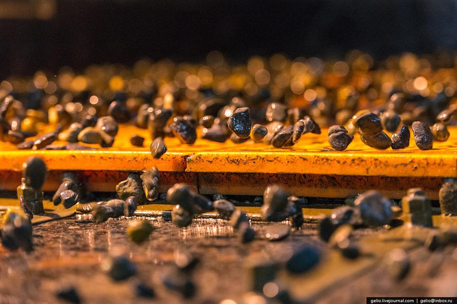52. Камни просеивают через сито, где они делятся на группы по размеру.