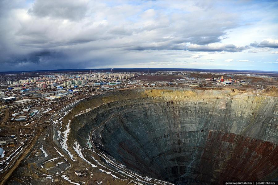 10. С 1957 по 2001 год из месторождения было добыто алмазов на 17 млрд долл. США, вывезено около 350