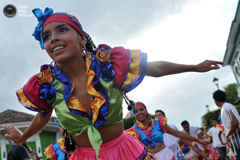 Юные танцовщицы в цветастых национальных костюмах. (Hector Retamal/AFP/Getty Images)