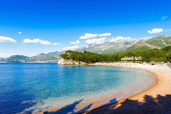 Пляжи совершенно непохожи друг на друга — есть и песчаные, и покрытые галькой, и скалистые. А
