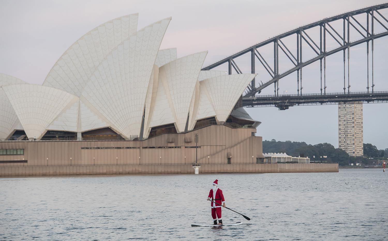 Рано утром в Сидней-Харбор можно встретить мирно гребущего Санту.