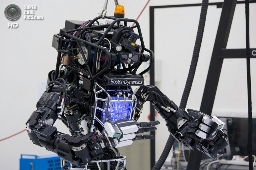 Китай. Гонконг. 17 октября. Двуногий человекоподобный робот «Атлас», разработанный американской