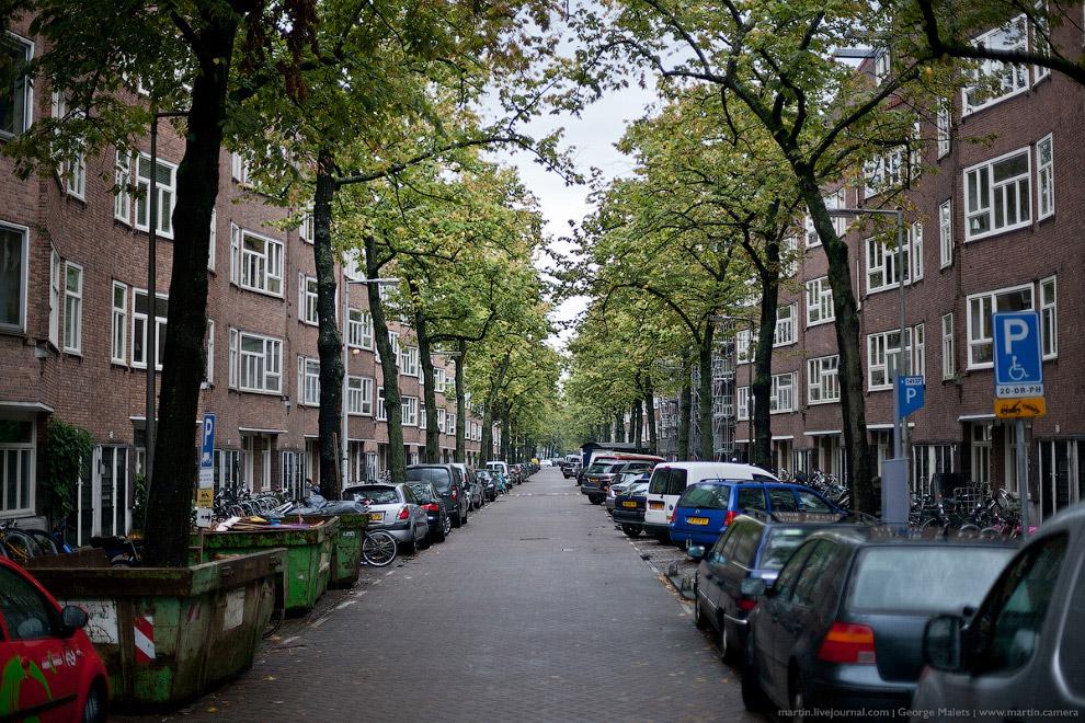 Классическая европейская парковка. Больших автомобилей в Амстердаме нет в принципе, потому что зачем