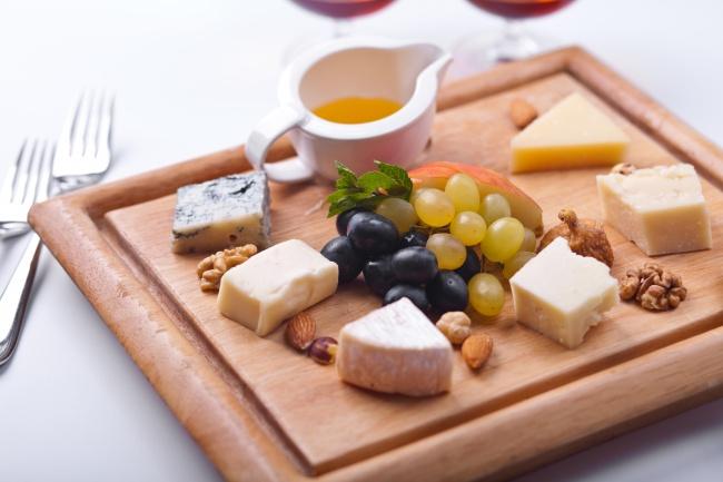 © depositphotos  Небольшая порция сыра «потянет» всего на100ккал, нодоставит кучу удовольст