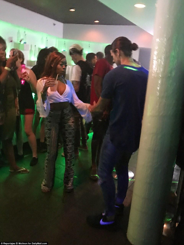 В одном из клубов корреспонденты Daily Mail заметили пару, которая занималась сексом.