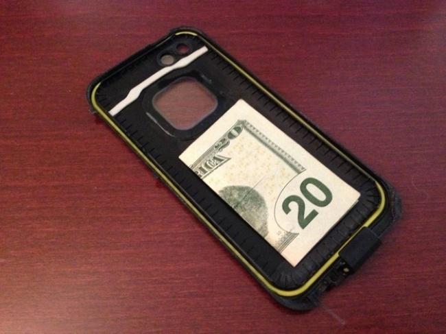 © reddit  Спрячьте купюру под чехол или крышку телефона. Бывает, что увас нет ссобой наличны