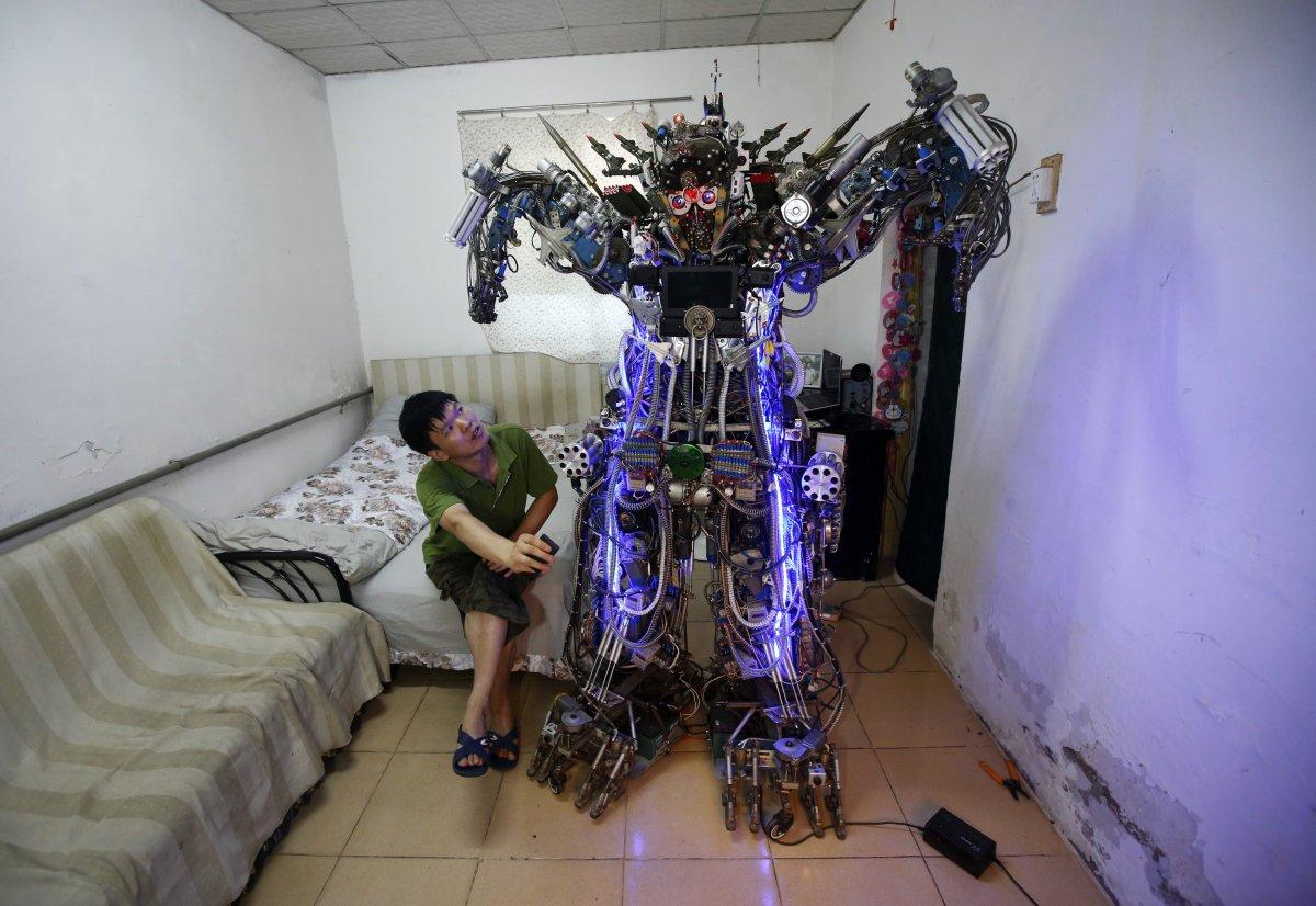 2. Тао Сянли — изобретатель-самоучка — собрал этого робота на дистанционном управлении из металлолом