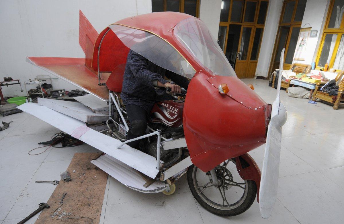 12. Чжан Сюэлинь внутри своего самодельного самолета.