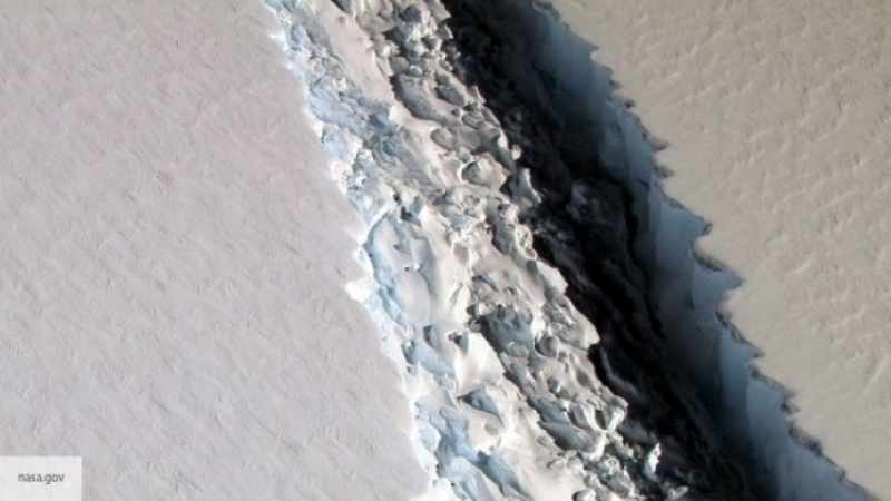 ВАнтарктиде наледнике из-за глобального потепления создалась огромная трещина