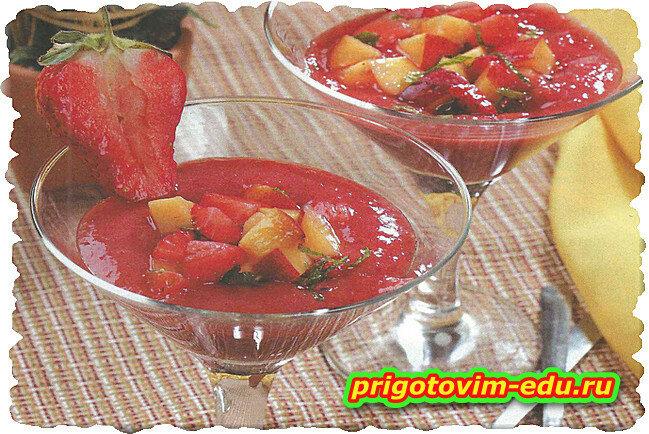 Гаспачо с клубникой и персиками в белом вине