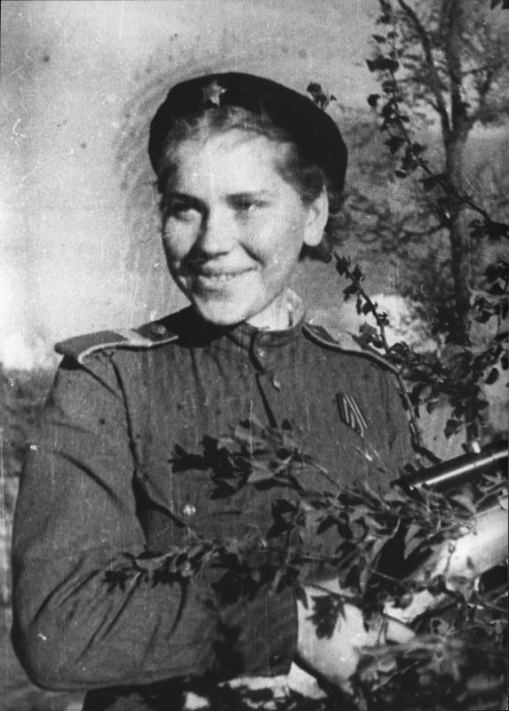 Снайпер ст. сержант Роза Шанина в деревне Мерзляки. Белоруссия. 44-2.jpg