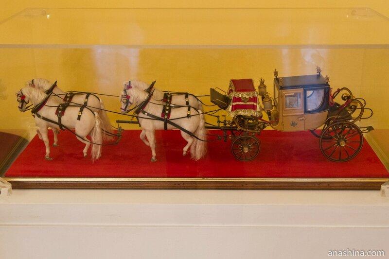 Карета, запряженная четверкой лошадей