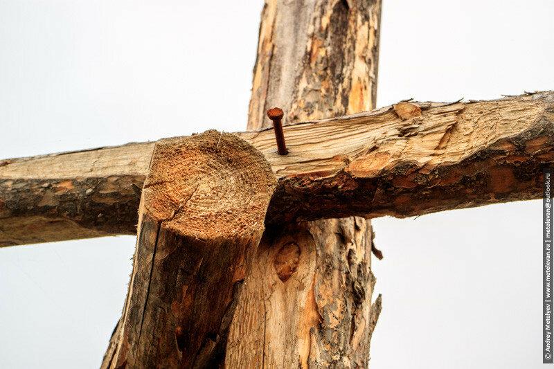 крест из жердей прибитых на гвозди