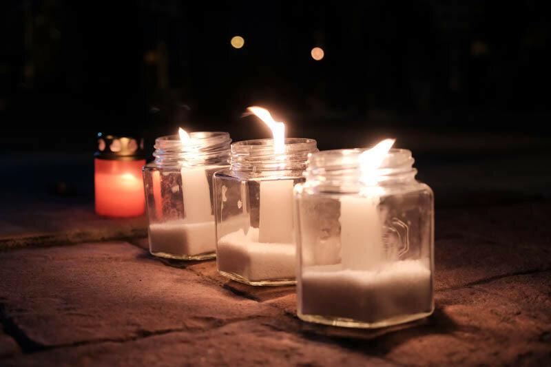 свечи горят в стеклянных банках