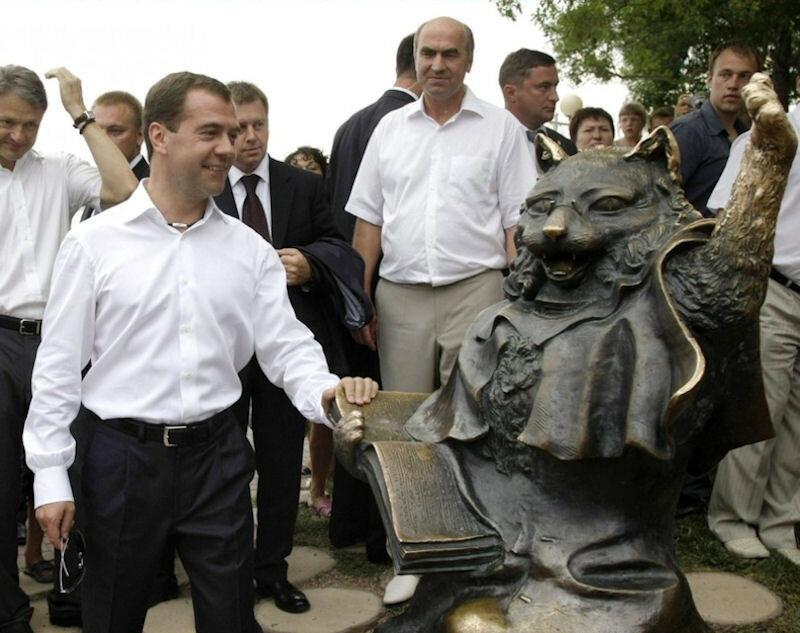 Памятник ученому коту в Геленджике