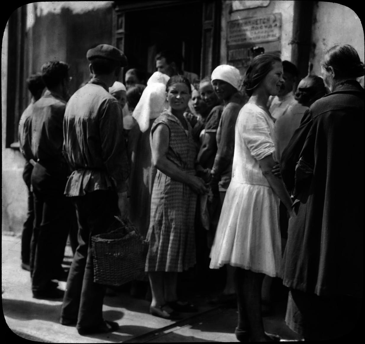 1931. Москва. Люди в очереди