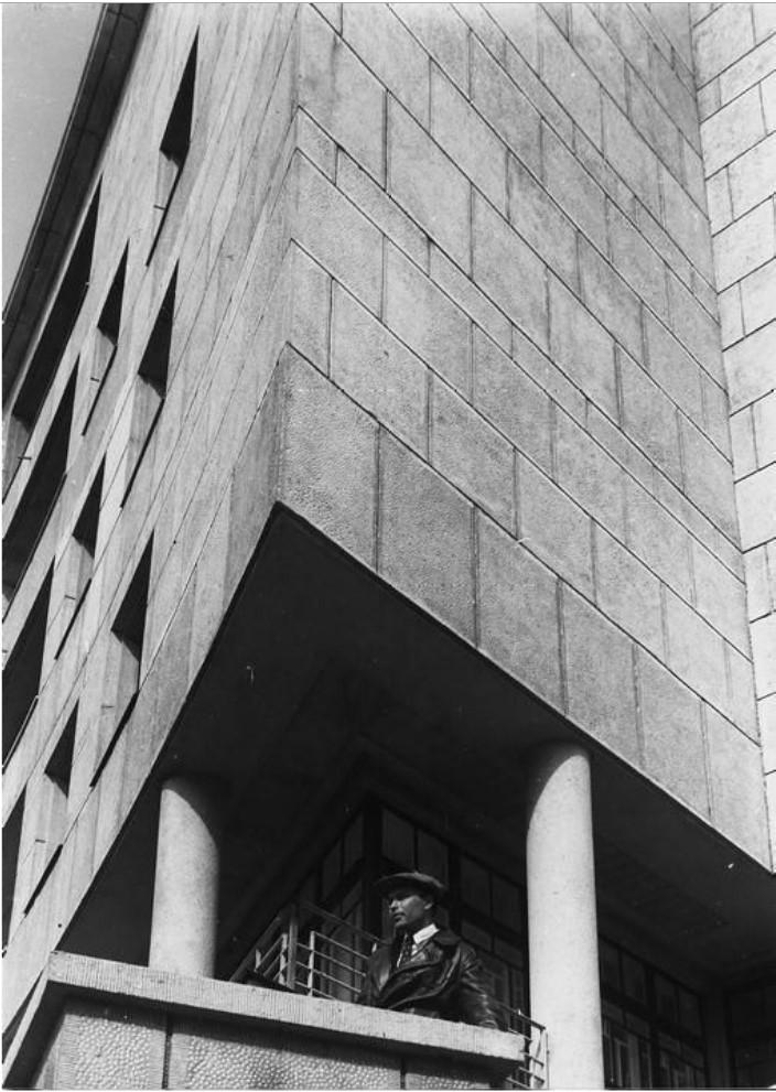Жилой дом на Карповке. Внешний вид, боковой вход, деталь (1931-1935)
