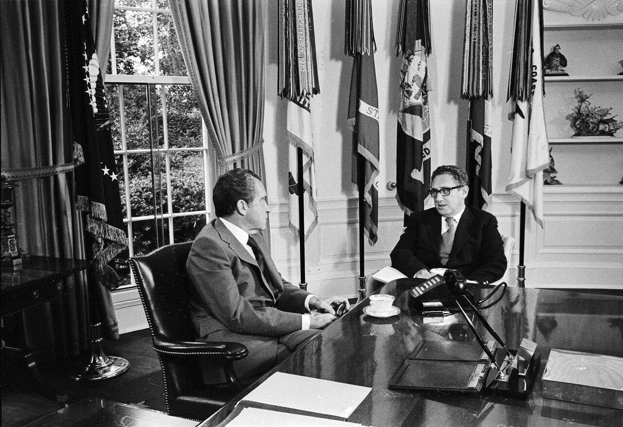 Президент США Ричард Никсон (слева) и Генри Киссинджер, советник по национальной безопасности и госсекретарь, в Белом доме