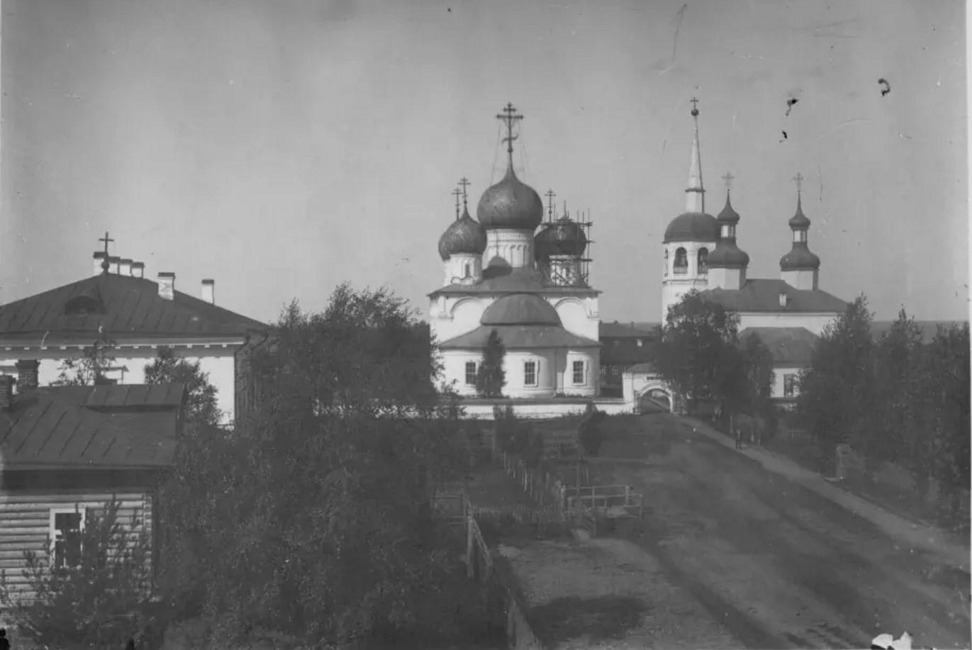 Спасо-Преображенский собор и церковь Василия Великого