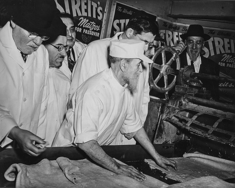 1940-е. Посетители в заводском цеху наблюдают за производством мацы