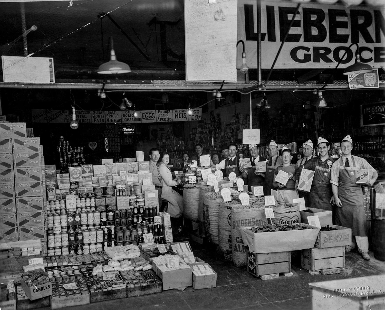 1950-е. Работники продуктового магазина позируют с мацой