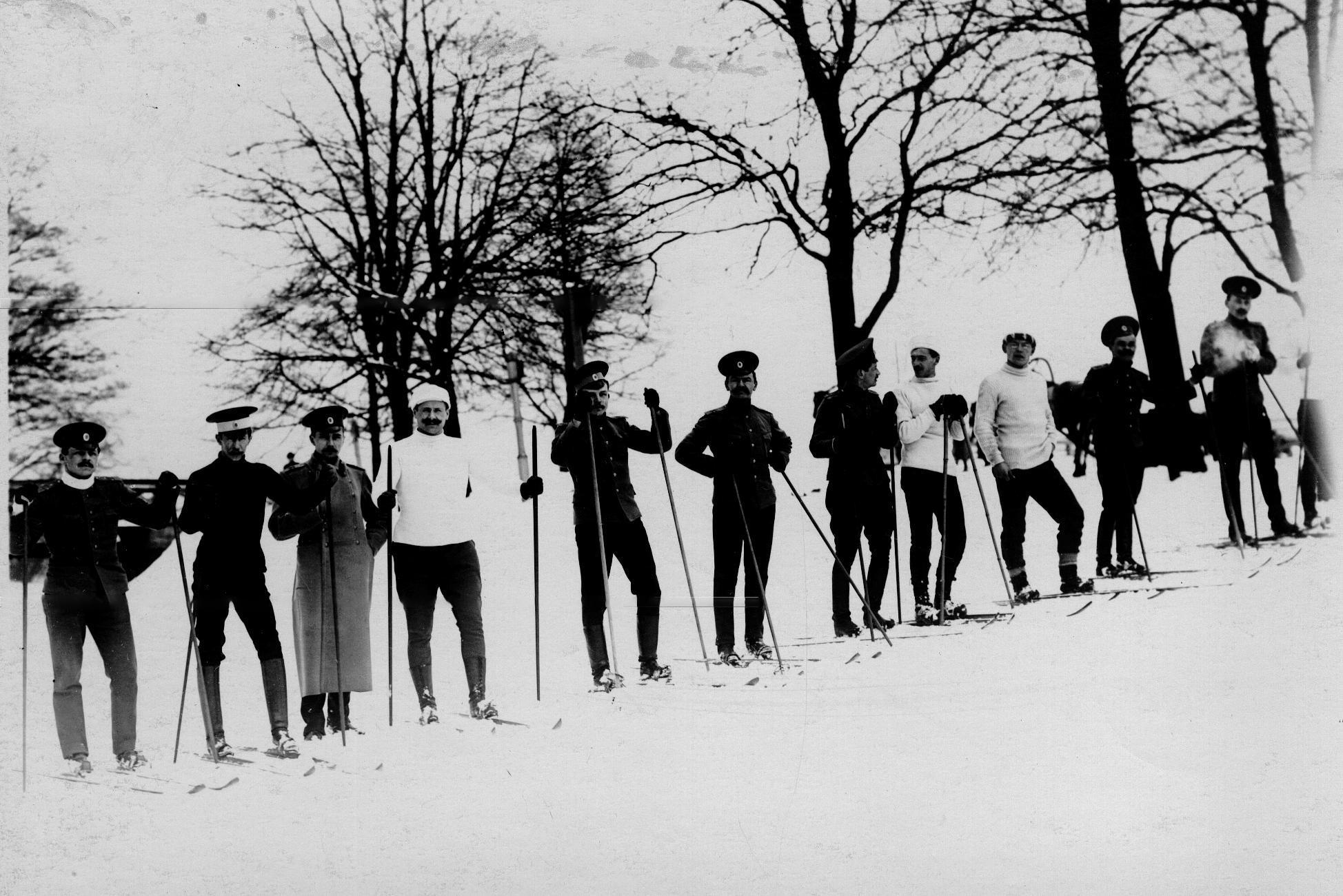 Группа офицеров, слушателей школы, перед началом лыжных соревнований на Крестовском острове