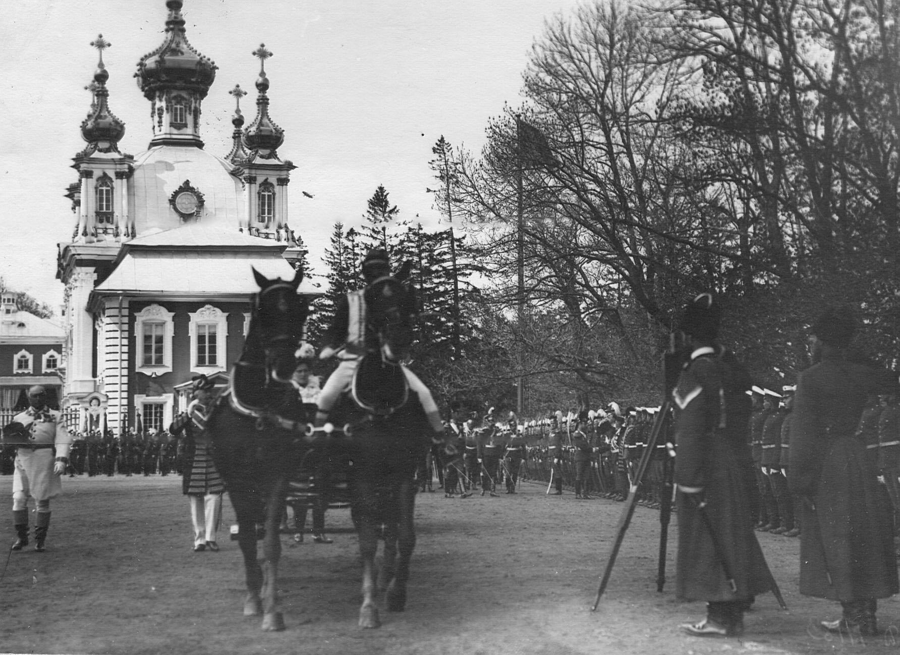 Прибытие шефа полка императрицы Александры Федоровны на полковой праздник