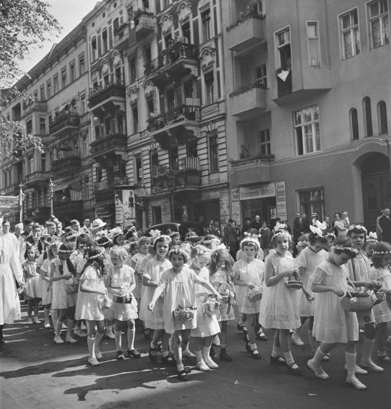 1930-е. Девочки, участвующие в процессии во время праздника Тела и Крови Христовых