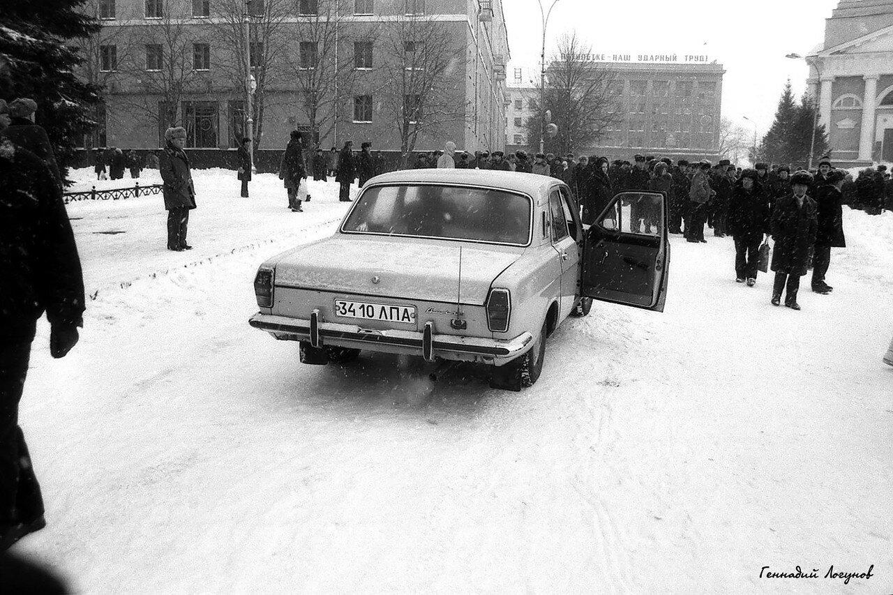 Пл. Ленина. Липчане собираются на митинг. Для этого они используют разный транспорт